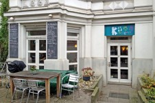 Das Café Kreuzzwerg in der Kreuzberger Hornstraße. Je schlechter das Wetter, desto voller ist es da drinnen.