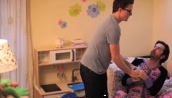 Matthew Clarke will Tochter Coco (rechts) ihr Wasser wieder abnehmen, damit sie nicht ins Bett pullert. Kooperation? Fehlanzeige. (Screenshot)