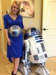 Original und Fälschung: R2-D2 auf einem Babybauch und in Originalgrö0e. (Foto: Daniel Deutsch)