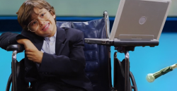 Nein, das ist nicht Stephen Hawking. Sieht ihm nur sehr ähnlich. (Screenshot)