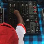 Der zweijährige DJ Arch Jnr legt fast auf wie ein Großer