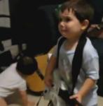Crossover ist sein Leben: Zweijähriger geht zu Rage Against The Machine ab (Screenshot)