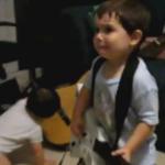 """Zweijähriger zockt Rage Against The Machine auf """"Guitar Hero"""" nach"""