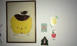 Blöderweise vom darunter stehenden Wickeltisch in greifbarer Nähe: Apfelposter, Postkarten, Kuckucksuhr-Souvenir
