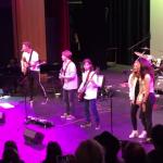 Chris Martin covert Prince mit Schulkindern