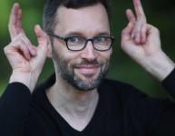 Der menschgewordene Ironiemodus: Christian Hanne aka @familienbetrieb (Foto: Seitenstraßen Verlag)