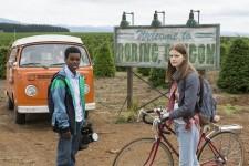 """Willkommen in der Langeweile: Luke und Kate vorm Ortsschild ihrer Heimat Boring in """"Everything Sucks"""" (Foto: Netflix)"""