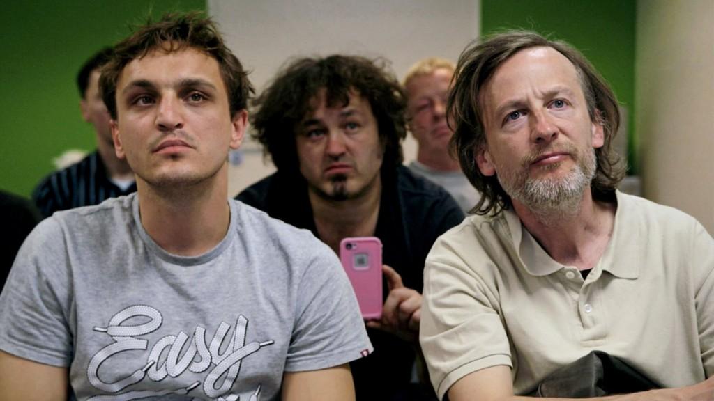 """Erste Reihe im Anbagger-Seminar: Thorben (Franz Rogowski) und sein Vater Rocky (Jan Henrik Stahlberg) in """"Fikkefuchs"""" (Alamode Film)"""