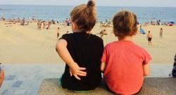 Kid A & Kid B am Strand La Bogatell. Mit der Abendsonne im Rücken und weniger Besuchern eigentlich ganz schön.