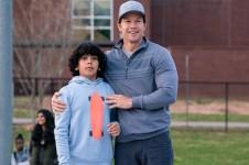 Plötzlich Familie: Mark Wahlberg als Pete Wagner mit seinem Pflegesohn Juan (Gustavo Quiroz) (Foto: Paramount Pictures)
